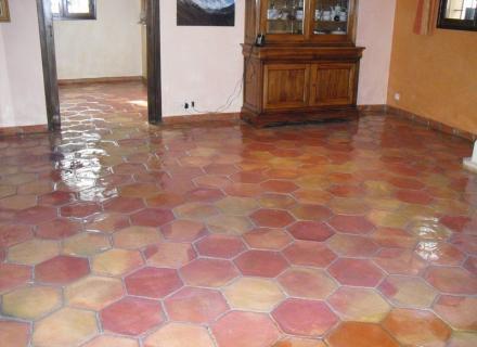Décapage de sol salle à manger en terre cuite à Saint-Tropez 83